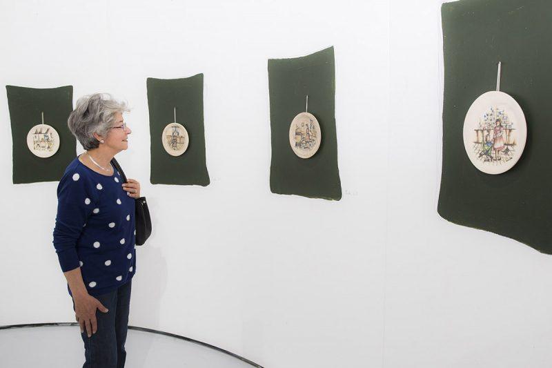 Águeda Lozano en exposición de Verónica Enns