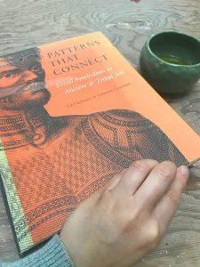 Leyendo sobre culturas ancestrales en taller Gustavo Pérez